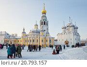 Купить «Вологда. Люди гуляют на Кремлевской площади в зимний день», фото № 20793157, снято 7 января 2016 г. (c) Юлия Бабкина / Фотобанк Лори