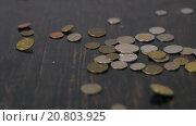 Монеты падают на черный стол. Стоковое видео, видеограф Yuriy Romanko / Фотобанк Лори