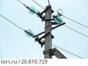 Электрический столб ЛЭП трёхфазной линии со стеклянными изоляторами, проводами и кронштейнами. Стоковое фото, фотограф Максим Мицун / Фотобанк Лори