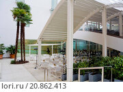 Купить «Cafe outside Thyssen-Bornemisza Museum, Madrid, Spain», фото № 20862413, снято 13 декабря 2014 г. (c) age Fotostock / Фотобанк Лори