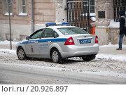 Полицейский автомобиль на ул.Петровка (2016 год). Редакционное фото, фотограф Александр Михайловский / Фотобанк Лори