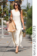 Купить «Kendall Jenner grabs lunch at Erewhon in Hollywood after driving her Mercedes AMG SUV with with a broken license plate Featuring: Kendall Jenner Where...», фото № 20927913, снято 13 мая 2015 г. (c) age Fotostock / Фотобанк Лори