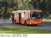 Городской автобус везет людей (2015 год). Редакционное фото, фотограф Гамаюнова Надежда / Фотобанк Лори