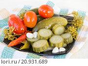 Маринованные овощи на тарелке. Стоковое фото, фотограф Дудакова / Фотобанк Лори