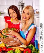 Купить «Happy woman cooking pizza.», фото № 20990589, снято 22 июля 2013 г. (c) Gennadiy Poznyakov / Фотобанк Лори