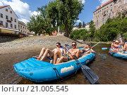 Купить «Going down the river Vltava, Cesky Krumlov, South Bohemia, Czech Republic.», фото № 21005545, снято 12 июля 2015 г. (c) age Fotostock / Фотобанк Лори