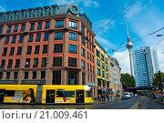 Купить «An der Spandauer Brücke, with Fernsehturm and view towards Alexanderplatz, Mitte, Berlin, Germany.», фото № 21009461, снято 17 июня 2015 г. (c) age Fotostock / Фотобанк Лори