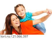 Купить «Улыбающиеся мама с дочкой на белом фоне», фото № 21066397, снято 5 декабря 2015 г. (c) Сергей Новиков / Фотобанк Лори