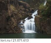 Небольшой водопад в горах. Стоковое фото, фотограф Юрий Александров / Фотобанк Лори
