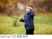 Купить «Мальчик гуляет в осеннем парке», фото № 21088897, снято 3 октября 2015 г. (c) Евгений Майнагашев / Фотобанк Лори