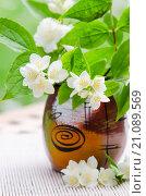 Букет цветущего жасмина в вазе. Стоковое фото, фотограф Игорь Соколов / Фотобанк Лори