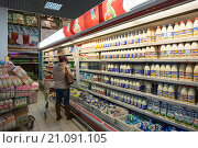 """Купить «Прилавок с молочными продуктами в супермаркете """"Магнит""""», фото № 21091105, снято 24 января 2016 г. (c) Ольга Алексеенко / Фотобанк Лори"""