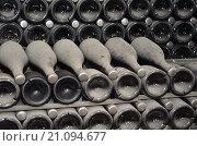 Купить «Зреющее шампанское в пыльных бутылках в винных подвалах завода шампанских вин в поселке Абрау Дюрсо, Краснодарский край», фото № 21094677, снято 27 августа 2015 г. (c) Елена Александрова / Фотобанк Лори