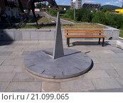 Солнечные часы на площади в виде булавки в Болгарии (2006 год). Редакционное фото, фотограф Фёдор Ромашов / Фотобанк Лори