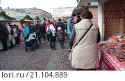 Купить «Люди идут вдоль торговых палаток на Сенатской площади. Ускоренная съемка. Хельсинки на Рождественские праздники. Финляндия», видеоролик № 21104889, снято 24 января 2016 г. (c) Кекяляйнен Андрей / Фотобанк Лори