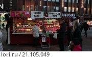 Купить «Рождественский уличный ларек для продажи печенья, хлеба и сладостей во время Рождества, Хельсинки, Финляндия», видеоролик № 21105049, снято 24 января 2016 г. (c) Кекяляйнен Андрей / Фотобанк Лори