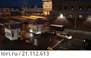 Купить «Легковые автомобили стоят в очереди у пропускного пункта на посадку на паром в порту города Хельсинки в ночное время, Финляндия», видеоролик № 21112613, снято 24 января 2016 г. (c) Кекяляйнен Андрей / Фотобанк Лори