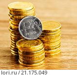 Купить «Российский рубль и стопки золотых монет на столе», фото № 21175049, снято 22 января 2015 г. (c) Валерия Потапова / Фотобанк Лори