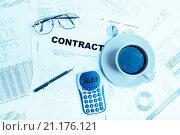 Купить «Бизнес-натюрморт с чашкой кофе и калькулятором», фото № 21176121, снято 14 октября 2015 г. (c) Валерия Потапова / Фотобанк Лори