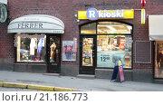Купить «Финский сетевой магазин шаговой доступности R-kioski в центральной части города Хельсинки, Финляндия», видеоролик № 21186773, снято 25 января 2016 г. (c) Кекяляйнен Андрей / Фотобанк Лори