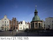 Купить «Wismar, Markt mit Wasserkunst/Jugensdstilhaus, Alter Schwede und Reuterhaus», фото № 21192165, снято 26 марта 2019 г. (c) age Fotostock / Фотобанк Лори