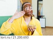 Купить «woman putting cosmetic on face», фото № 21200693, снято 26 апреля 2018 г. (c) Яков Филимонов / Фотобанк Лори