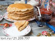 Купить «Блины с красной икрой, вареньем и чаем во время масленицы», фото № 21209797, снято 22 февраля 2015 г. (c) Pukhov K / Фотобанк Лори