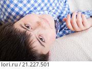 Купить «Портрет красивого мальчика, который смотрит наверх», фото № 21227501, снято 26 января 2016 г. (c) Emelinna / Фотобанк Лори