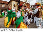 Купить «Chelmsford Ladies Morris Dancers Perform Outside The Dorset Arms Pub In Lewes During The Towns Annual Folk Festival, Lewes, Sussex, UK.», фото № 21248285, снято 10 октября 2015 г. (c) age Fotostock / Фотобанк Лори