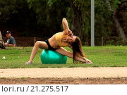 Купить «'Hoarding: Buried Alive' star Alicia Arden exercising her yoga moves in a Studio City public park Featuring: Alicia Arden Where: Los Angeles, California...», фото № 21275517, снято 2 августа 2015 г. (c) age Fotostock / Фотобанк Лори