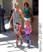 Купить «Eric Dane and Rebecca Gayheart get a parking ticket while out and about in Beverly Hills running errands with their children Featuring: Rebecca Gayheart...», фото № 21297997, снято 28 июля 2015 г. (c) age Fotostock / Фотобанк Лори