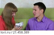 Купить «Парень дарит девушке подарок», видеоролик № 21458389, снято 21 января 2016 г. (c) Юлия Машкова / Фотобанк Лори