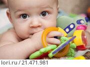 Ребенок с игрушками лежит на кровати. Стоковое фото, фотограф Ирина Столярова / Фотобанк Лори