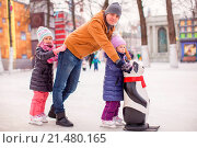 Little girls with young dad enjoying skating. Стоковое фото, фотограф travnikovstudio / easy Fotostock / Фотобанк Лори