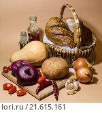 Натюрморт с корзинкой с хлебом и овощами. Стоковое фото, фотограф Наталья Елькина / Фотобанк Лори