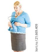 Купить «Беременная женщина с фонендоскопом слушает свой живот», фото № 21669409, снято 10 апреля 2015 г. (c) Сергей Дубров / Фотобанк Лори