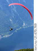 Obertraun, Austria, paragliding over Lake Hallstatt (2014 год). Редакционное фото, агентство Caro Photoagency / Фотобанк Лори