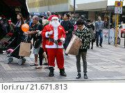 Hong Kong, China, Santa Claus on a busy street (2013 год). Редакционное фото, агентство Caro Photoagency / Фотобанк Лори
