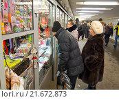 Купить «Киоски в подземном переходе метро, Москва», фото № 21672873, снято 18 января 2016 г. (c) Ольга К. / Фотобанк Лори