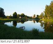 Вечерний деревенский пейзаж с прудом и мостками. Стоковое фото, фотограф Артем Кашканов / Фотобанк Лори