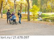 Купить «Многодетная семья гуляет вдоль Обводного канала в Александровском парке Пушкина», фото № 21678097, снято 11 октября 2015 г. (c) Сергей Дубров / Фотобанк Лори