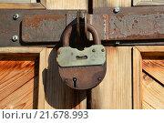 Купить «Закрытый замок на двери», эксклюзивное фото № 21678993, снято 25 сентября 2015 г. (c) lana1501 / Фотобанк Лори