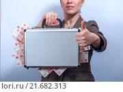 Женщина держит чемодан с пятитысячными купюрами. Стоковое фото, фотограф Pavel Biryukov / Фотобанк Лори