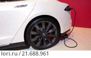 Купить «Автомобиль Tesla Model S с кабелем подзарядки. Электрический седан, цвет белая звезда», видеоролик № 21688961, снято 1 февраля 2016 г. (c) Кекяляйнен Андрей / Фотобанк Лори