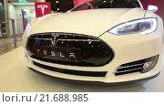 Купить «Автомобиль Tesla Model S. Вид спереди. Электрический седан, цвет белая звезда», видеоролик № 21688985, снято 1 февраля 2016 г. (c) Кекяляйнен Андрей / Фотобанк Лори