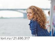 Красивая девушка на набережной реки (2015 год). Стоковое фото, фотограф Дмитрий Витушкин / Фотобанк Лори