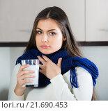 Купить «Brunette gargling throat with medicine», фото № 21690453, снято 14 июля 2020 г. (c) Яков Филимонов / Фотобанк Лори