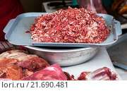 Купить «Свежий сырой мясной фарш готов к продаже на местном фермерском рынке», фото № 21690481, снято 14 декабря 2018 г. (c) FotograFF / Фотобанк Лори
