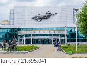 """Киноконцертный театр """"Космос"""" В Екатеринбурге (2015 год). Редакционное фото, фотограф Михаил Перевозов / Фотобанк Лори"""