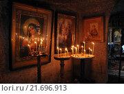 Горящие свечи, стоящие у икон в скальном монастыре Оргеева. Стоковое фото, фотограф Шуба Виктория / Фотобанк Лори